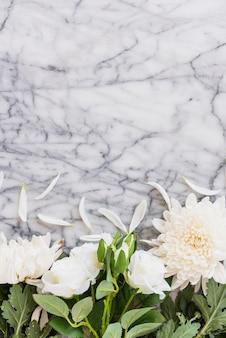 Fleurs blanches sur une table en marbre