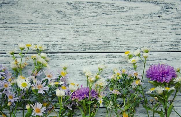 Fleurs sur bois gris