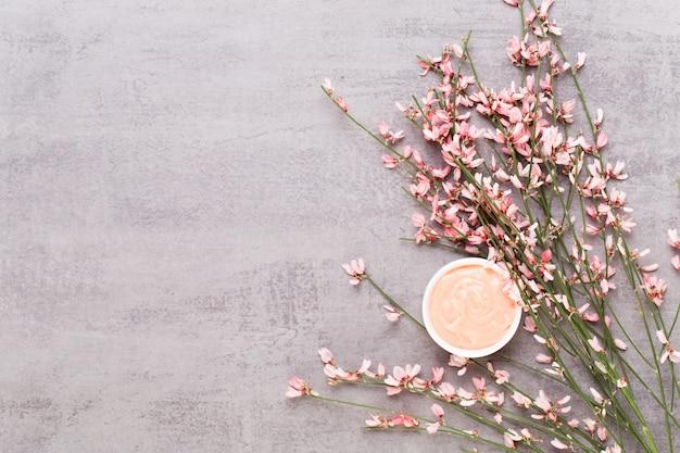Fleurs et boisson chaude