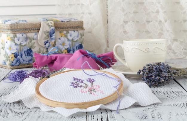 Fleurs de broderie. accessoires de couture. toile, cerceau, fil mouline. couture. broderie à la main