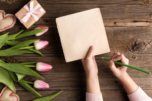 Fleurs et cadeau pour la fête des mères