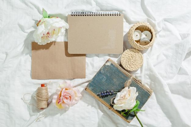 Fleurs avec cahier vintage vide pour votre conception