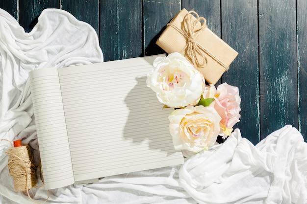 Fleurs avec cahier vintage vide pour votre