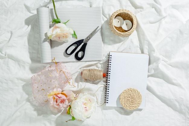 Fleurs avec cahier vintage vide