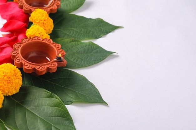 Fleurs de calendula rangoli pour le festival de diwali, décoration florale du festival indien