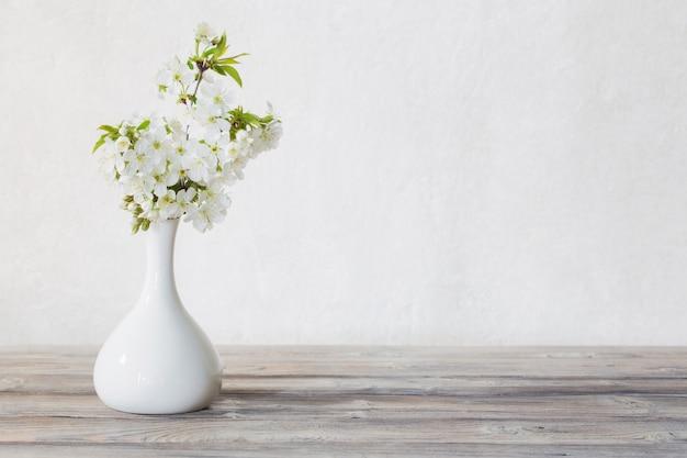 Fleurs de cerisier dans un vase