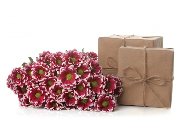 Fleurs de chrysanthème d'automne et cadeaux en papier kraft sur blanc isolé