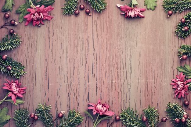 Fleurs de chrysanthème bourgogne sur fond texturé avec des décorations d'hiver, copie-espace