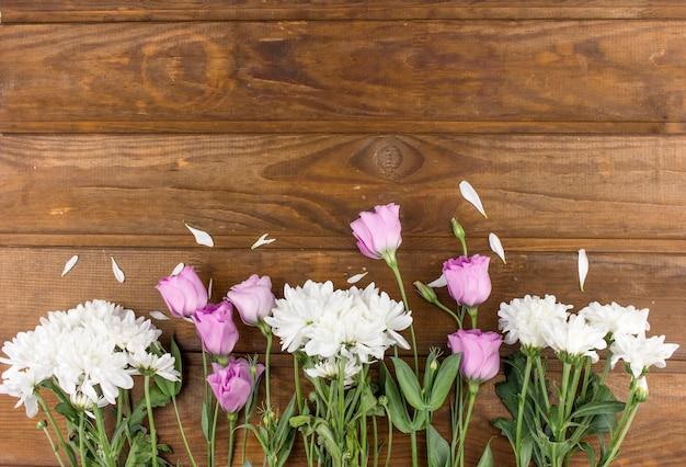 Fleurs de chrysanthème et d'eustoma disposées comme une image naturelle