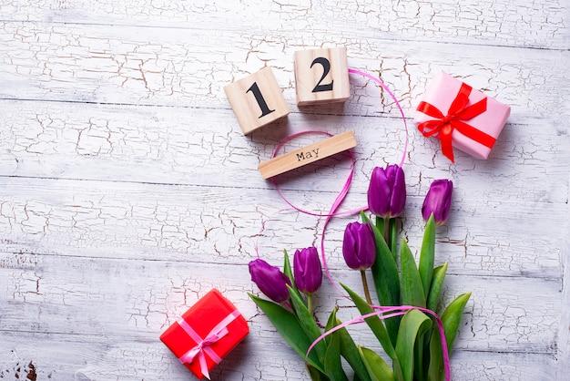 Fleurs et coffret cadeau. concept fête des mères