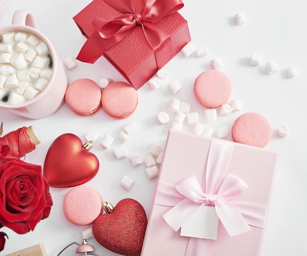 Fleurs et coffrets cadeaux sur blanc