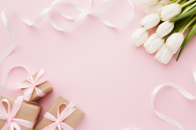 Fleurs et coffrets cadeaux avec vue de dessus de ruban