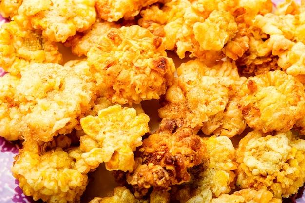Fleurs comestibles frites savoureuses. fleurs de chrysanthème en pâte à frire.fond alimentaire