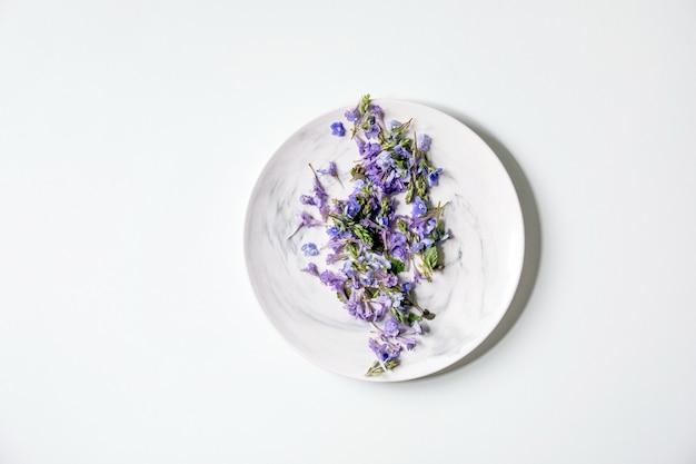 Fleurs comestibles sur plaque