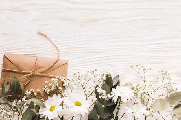 Fleurs de copie-espace et petit cadeau