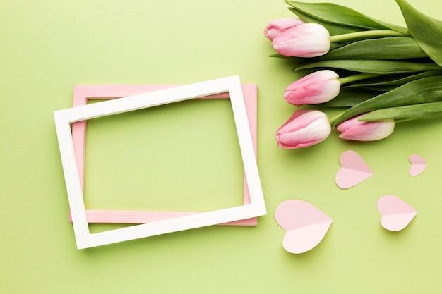 Fleurs à côté du cadre
