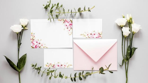 Fleurs à côté de l'invitation de mariage