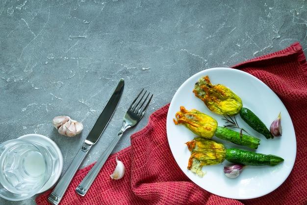 Fleurs de courgettes frites farcies de fromage à la crème à l'ail. copier l'espace
