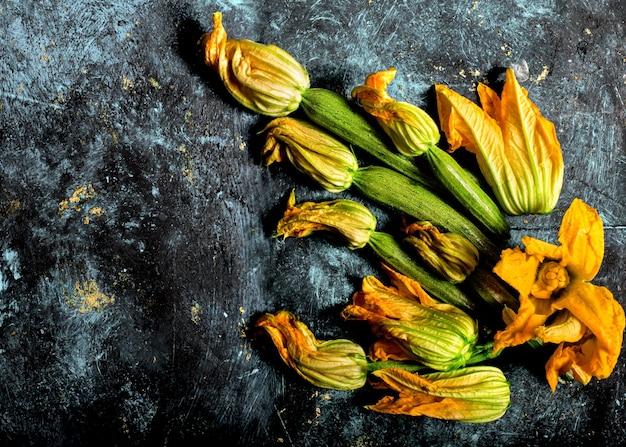 Fleurs de courgettes à l'intérieur de la casserole vintage