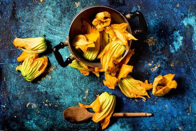 Fleurs de courgettes de saison fraîches sur un pot