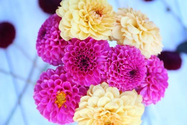 Fleurs de dahlia dans un vase sur la surface de la table