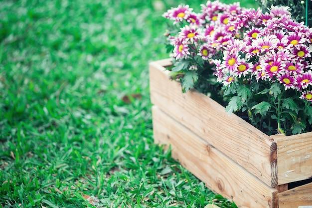 Fleurs dans une boîte en bois