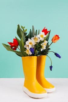 Des fleurs dans des bottes jaunes