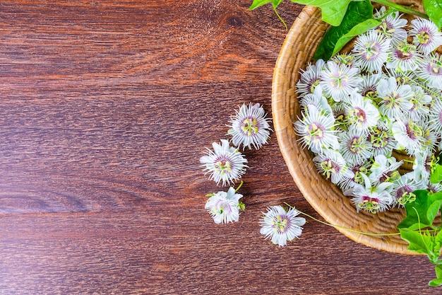 Fleurs dans un panier sur un fond en bois