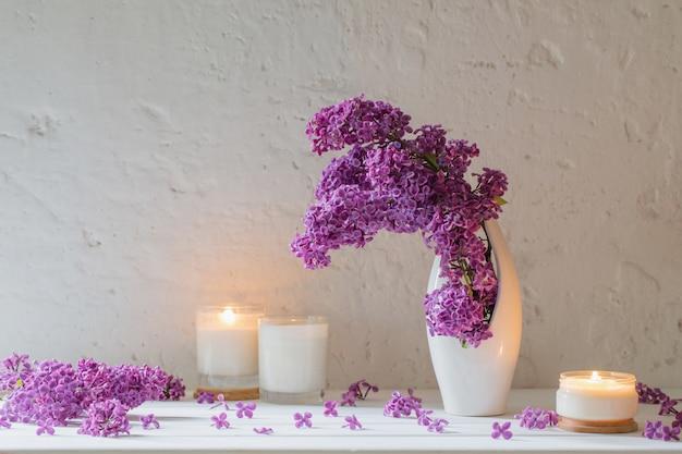 Fleurs dans un vase avec des bougies