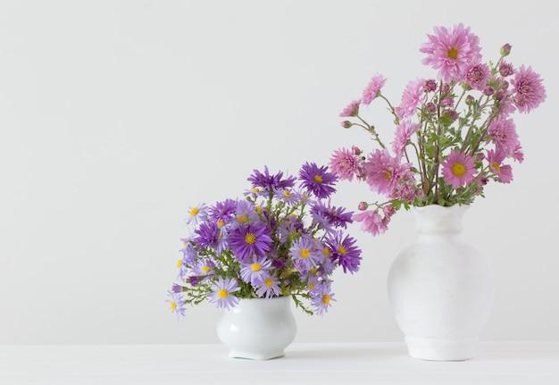 Fleurs dans des vases en céramique