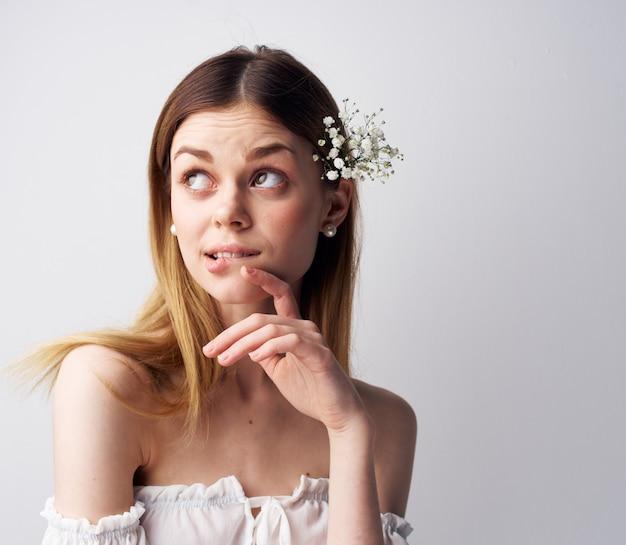 Fleurs de décoration femme assez émotionnelle dans un look attrayant de luxe de cheveux. photo de haute qualité