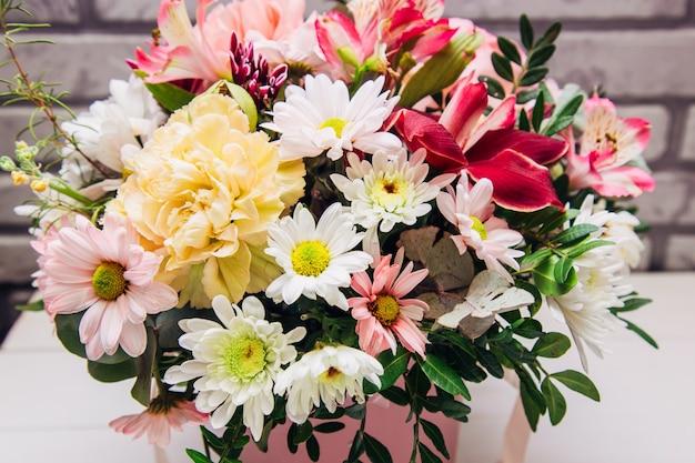 Fleurs décorées dans un panier avec gratitude.