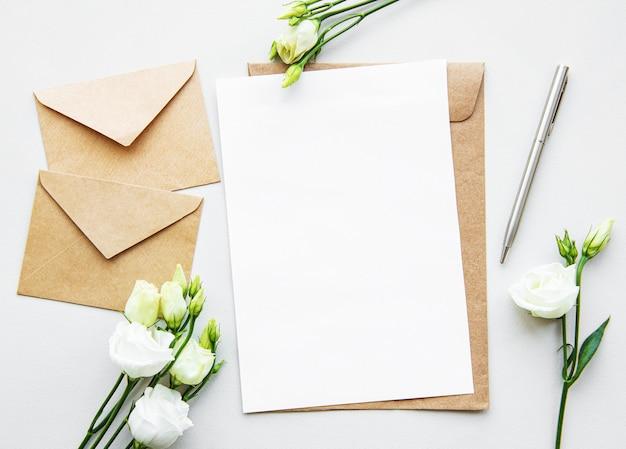 Fleurs et enveloppes eustoma blanches