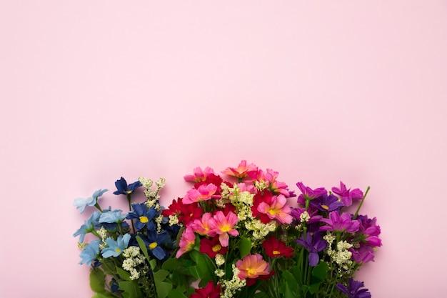 Fleurs épanouies avec copie-espace