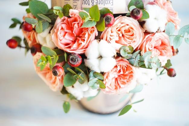 Fleurs d'été dans une boîte cadeau