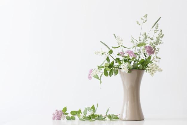 Fleurs d'été dans un vase sur la table
