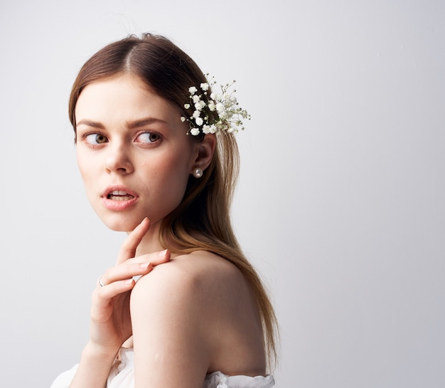 Fleurs de femme élégante dans un modèle amusant de luxe de décoration de cheveux.