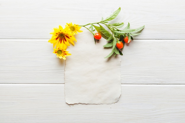 Fleurs avec des feuilles placées sur la page