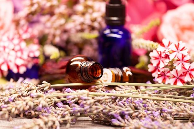 Fleurs et flacons d'huiles essentielles pour l'aromathérapie