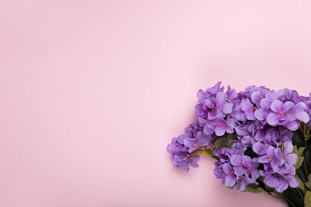 Fleurs en fleurs avec copie-espace