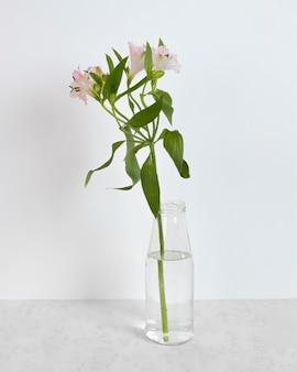 Fleurs en fleurs dans un vase sur la table