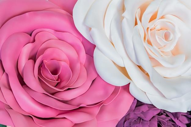 Fleurs en foamiran géantes faites à la main de couleur rose.