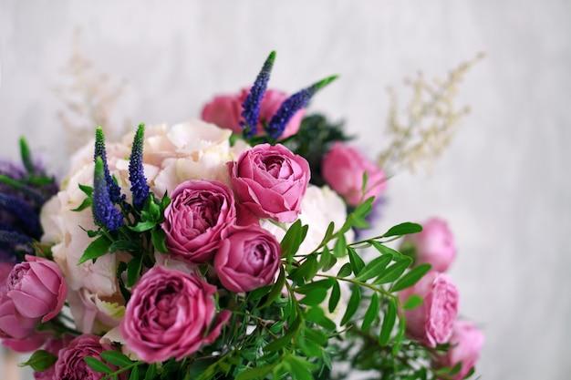 Fleurs sur fond de béton gris. décoration d'intérieur vintage.