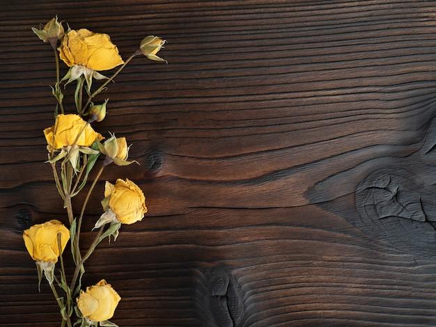 Fleurs sur fond en bois foncé, poser à plat