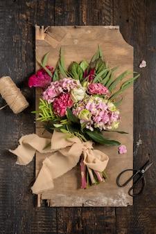 Fleurs sur fond de bois