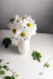 Fleurs fraîches, chrysanthèmes blancs. bouquet de fleurs naturelles coupées, gros plan.
