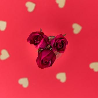 Fleurs fraîches et coeurs d'ornement