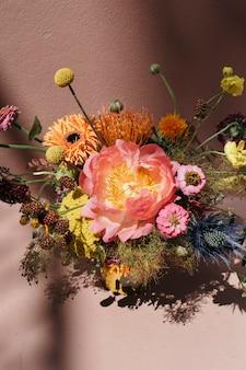 Fleurs fraîches colorées avec un fond rose