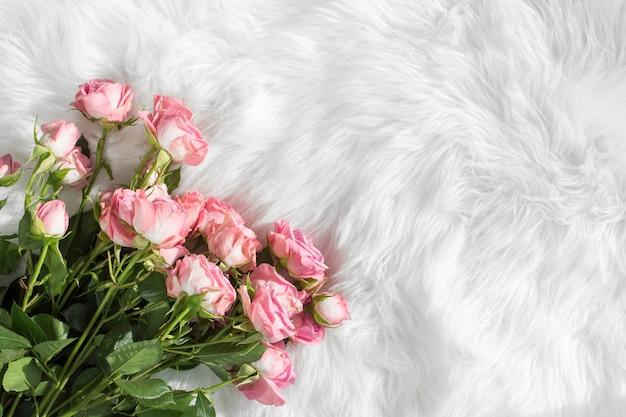 Fleurs fraîches sur une couverture en laine