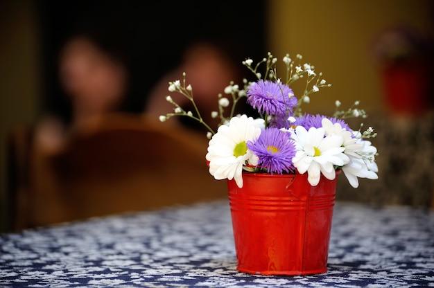 Fleurs fraîches dans un seau dans un restaurant dans la rue